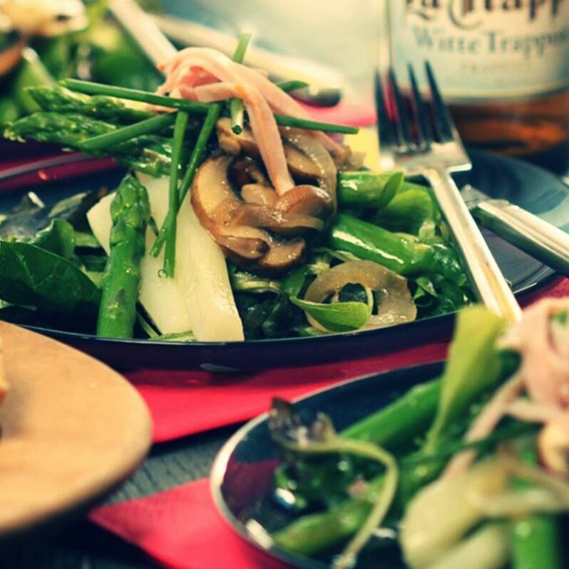Fehér és zöld spárgasaláta, barna csiperke gombával, főtt sonkával, La Trappe Witte sörrel